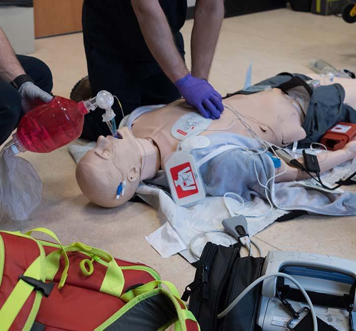 Des soignants effectuent les gestes de secourismes sur un mannequin