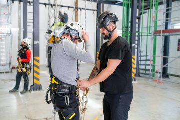 l'instructeur explique comment régler un harnais de sécurité