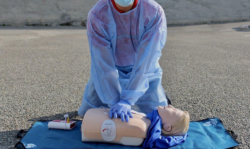 formation au massage cardiaque avec les EPI contre le covid en entreprise sur mannequin à caluire