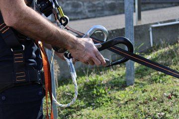 Pour éviter une chute de hauteur un ouvrier est connecté à une ligne de vie grâce aux mousquetons