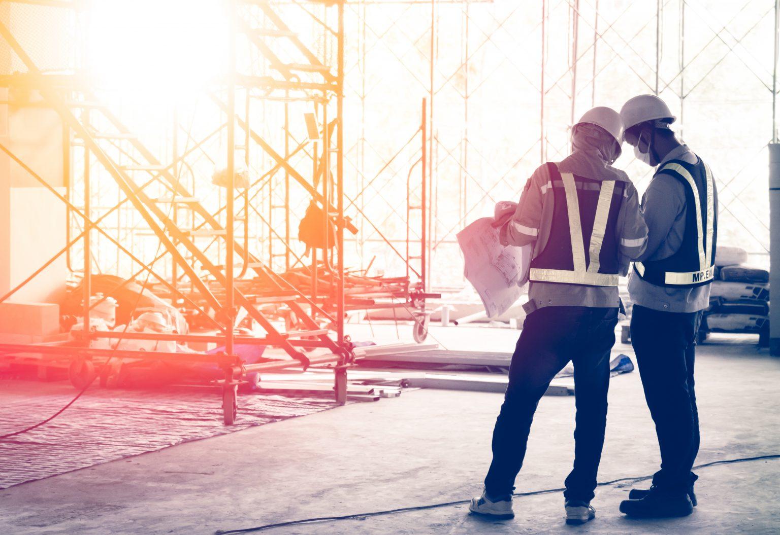 les responsables sécurité au travail sur le chantier et regardent la DICT